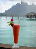 Cocktail de fraise avec Bora Bora à l'arrière-plan photo stock