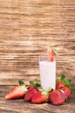 Cocktail de fraise avec du lait sur un conseil foncé photographie stock libre de droits