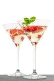 Cocktail de fraise avec la baie en verre de martini d'isolement sur le petit morceau Photos libres de droits