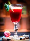 Cocktail de fraise avec de la glace photographie stock libre de droits