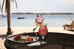 Cocktail de fruto em uma praia foto de stock royalty free