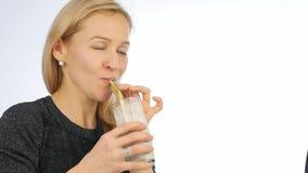 Cocktail de fruto louro das bebidas da mulher, batido da desintoxicação Aptidão e conceito saudável do estilo de vida 4K vídeos de arquivo