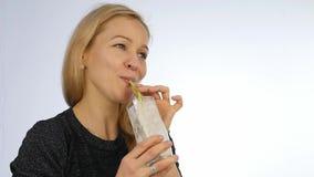 Cocktail de fruto louro das bebidas da mulher, batido da desintoxicação Aptidão e conceito saudável do estilo de vida Movimento l video estoque