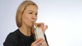 Cocktail de fruto louro das bebidas da mulher, batido da desintoxicação Aptidão e conceito saudável do estilo de vida Movimento l vídeos de arquivo