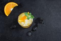 Cocktail de genièvre et de jus d'orange photographie stock