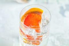 Cocktail de genièvre de pamplemousse, boisson régénératrice avec de la glace images libres de droits