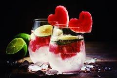 Cocktail de jour du ` s de Valentine avec les coeurs rouges de fruit, foyer sélectif photographie stock libre de droits