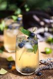 Cocktail de lavande et de glace de myrtilles, été Limonade photo stock