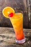 Cocktail de lever de soleil de tequila en verre sur le bois photo stock