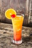 Cocktail de lever de soleil de tequila en verre sur le bois photographie stock libre de droits