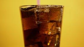 Cocktail de m?lange de kola avec la paille ? boire Soude de scintillement sur le fond jaune clips vidéos