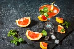 Cocktail de margarita avec le jus de pamplemousse, la boisson régénératrice ou la boisson d'agrume froid d'été image stock