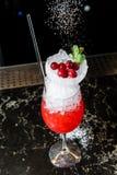 Cocktail de Margarita, fundo escuro, vista lateral, fim acima imagem de stock royalty free