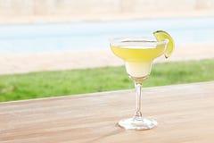 Cocktail de Margarita por uma associação fora Imagens de Stock Royalty Free