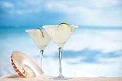 Cocktail de margarita sur la plage, la mer bleue et l'océan de ciel Photos stock