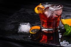 Cocktail de Mezcal Negroni Aperitivo italiano fumarento fotos de stock royalty free
