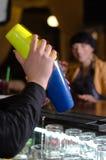 Cocktail de mistura do empregado de bar em uma barra fotografia de stock