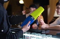 Cocktail de mistura do empregado de bar em uma barra foto de stock