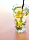 Cocktail de Mojito com cal Imagem de Stock Royalty Free
