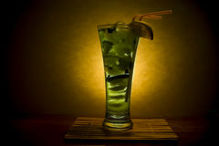 Cocktail de Mojito com cal, ervas e gelo Foto de Stock