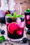 Cocktail de mojito de Blackberry avec la chaux, et la menthe photos stock