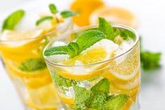 Cocktail de mojito de citron avec la menthe fraîche, boisson régénératrice froide d'été Images stock