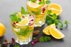 Cocktail de mojito de citron avec la menthe fraîche et la grenade, boisson régénératrice froide d'été ou boisson avec de la glace Image stock
