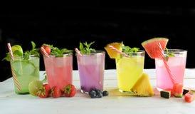 Cocktail de Mojito de plusieurs saveurs tropicales image libre de droits