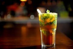 Cocktail de Mojito na barra Imagens de Stock Royalty Free