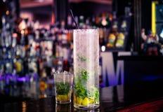 Cocktail de Mojito na barra imagem de stock royalty free