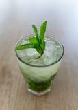 Cocktail de Mojito na tabela de madeira Fotografia de Stock