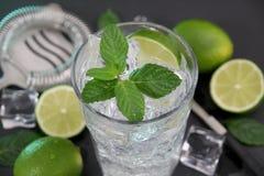 Cocktail de Mojito na tabela de pedra escura fotografia de stock royalty free