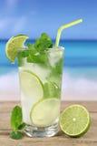 Cocktail de Mojito ou de Caipirinha na praia Fotografia de Stock Royalty Free