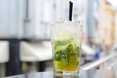 Cocktail de Mojito sur la barre Photo stock