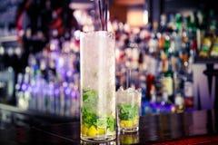 Cocktail de Mojito sur la barre Photos stock