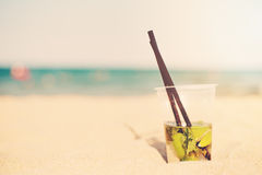 Cocktail de Mojito sur la plage, fond brouillé de plage Sun, brume du soleil, éclat photo stock