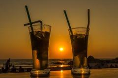 Cocktail de Mojito sur la plage, le coucher du soleil et la mer à l'arrière-plan Images stock