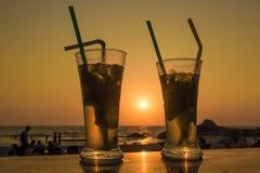 Cocktail de Mojito sur la plage, le coucher du soleil et la mer à l'arrière-plan Images libres de droits