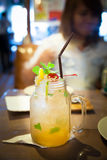 Cocktail de Mojito sur le fond brouillé de la barre Photographie stock libre de droits