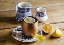 Cocktail de mule de Moscou d'un plat de vintage Images libres de droits