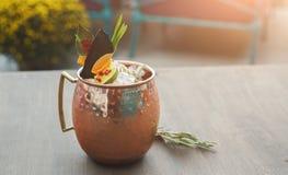 Cocktail de mule de Moscou servi sur la table de restaurant photos stock