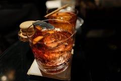 Cocktail de Negroni com a bola de gelo handcrafted imagens de stock