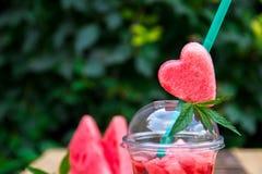 Cocktail de pastèque avec la tranche extérieure Coeur découpé de sur le tube Fermez-vous, copiez l'espace Photos stock