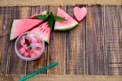 Cocktail de pastèque avec la tranche sur le fond en bois Coeur découpé de Vue supérieure Copiez l'espace Images libres de droits