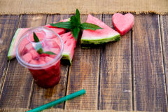 Cocktail de pastèque avec la tranche sur le fond en bois Coeur découpé de Vue supérieure Copiez l'espace Photos libres de droits