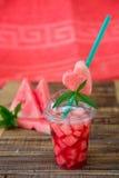 Cocktail de pastèque avec la tranche sur le fond en bois Coeur découpé du tube Copiez l'espace Images stock