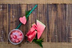 Cocktail de pastèque avec la tranche sur le fond en bois Coeur découpé du tube Vue supérieure Copiez l'espace Images stock
