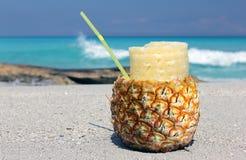 Cocktail de Pina Colada no abacaxi Fotografia de Stock
