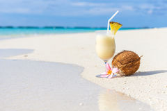 Cocktail de Pina Colada sur la plage Photo libre de droits
