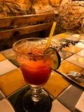 Cocktail de poinçon avec la marionnette au restaurant image libre de droits